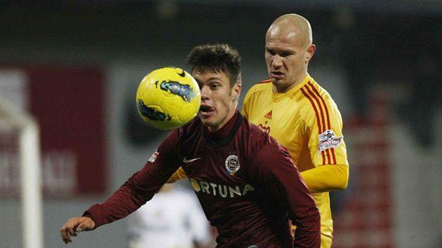Sparťan Václav Kadlec si kryje míč před Davidem Mikulou z Dukly.
