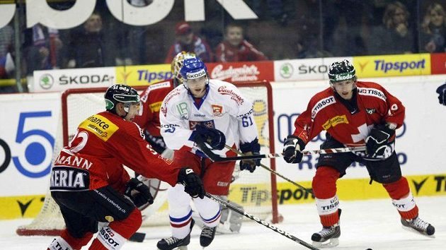 Lukáš Klimek v obležení švýcarských hokejistů.