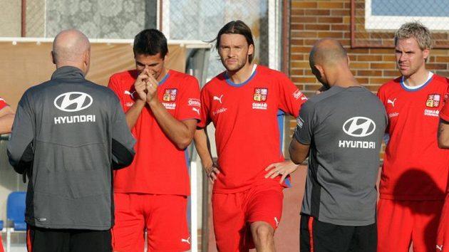 Milan Baroš (druhý zleva), Marek Jankulovski (třetí zleva) a Tomáš Hübschman (vpravo) na tréninku české fotbalové reprezentace.
