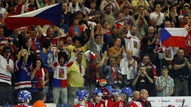 Jaromír Jágr (třetí zleva) se raduje se spoluhráči z gólu do sítě Rusů.