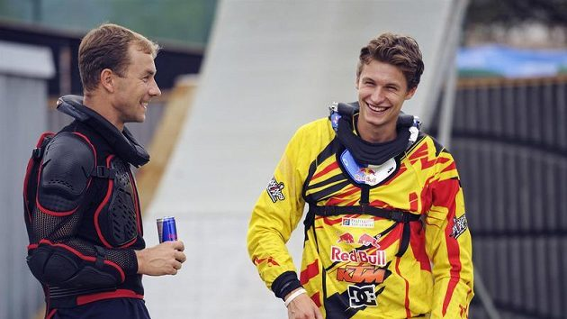 Freestylový motocyklista Petr Pilát (vpravo) a pilot Martin Šonka po tandemovém skoku na motorce.