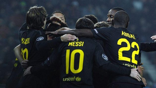 Fotbalisté Barcelony oslavují jednu z branek vstřelených Plzni v pražském Edenu.