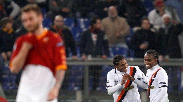 Willian (vpravo) a Luiz Adriano z Šachtaru Doněck oslavují branku proti AS Řím