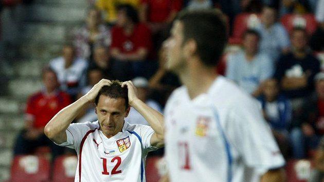 Zdeněk Pospěch (vlevo) lituje zahozené šance v přátelském utkání s Ukrajinou.