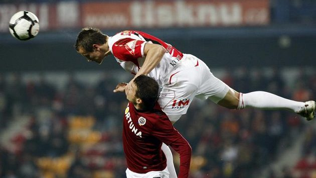 Libor Sionko ze Sparty (vlevo) bojuje o míč s Milanem Kopicem ze Slavie v odvetě čtvtfinále Ondrášovka Cupu.