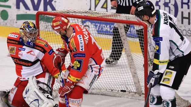 Brankář Slavie Milan Hnilička kapituluje z hokejky Michala Macha