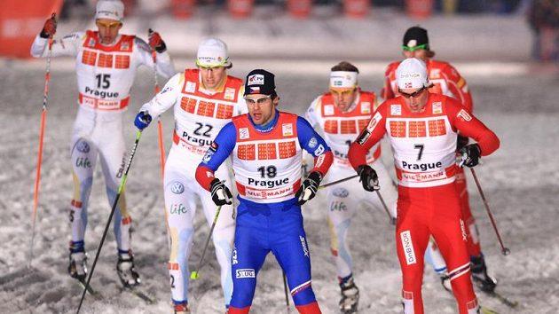 Lyžař Dušan Kožíšek (vpředu) během finálového sprintu Tour de Ski v Praze na Strahově