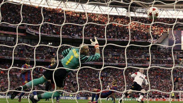 Wayne Rooney vyrovnává na 1:1.