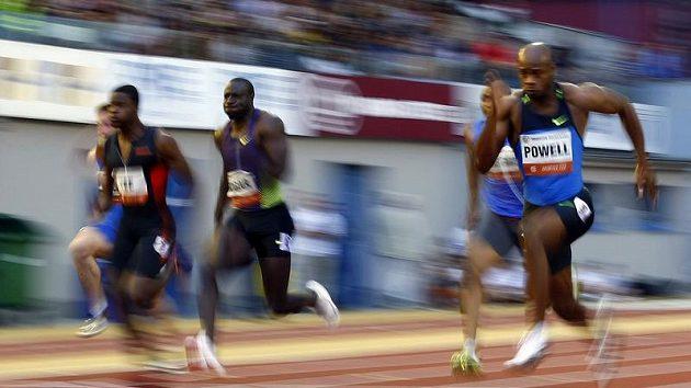Jamajský sprinter Asafa Powell (vpravo) během Zlaté tretry