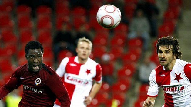Sparťan Bony Wilfried v souboji o míč s Matějem Krajčíkem ze Slavie.