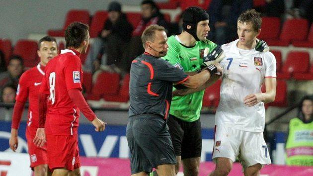 Brankář Petr Čech uklidňuje Tomáše Necida během zápasu s Polskem