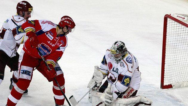 Budějovický forvard Michal Mikeska (v červeném) se snaží překonat brankáře Sparty Tomáše Pöpperleho.