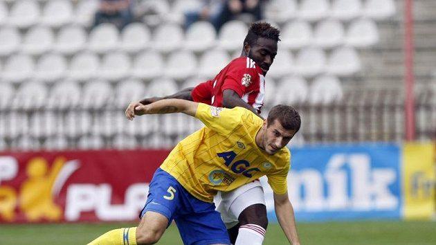Teplický Admir Ljevakovič si kryje míč před Lafrancem ze Žižkova