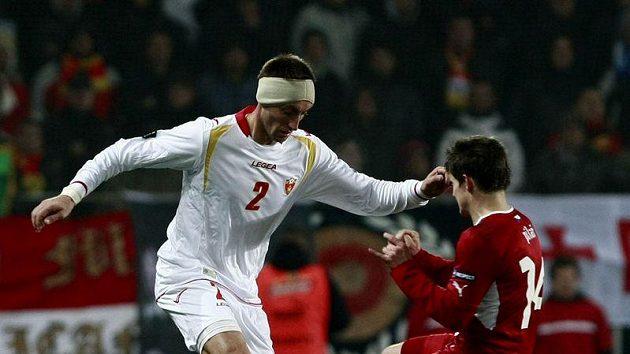 Václav Pilař (vpravo) se snaží obrat o míč Sava Pavičeviče z Černé Hory.