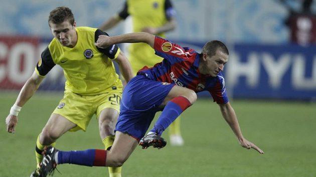 Juraj Kucka ze Sparty (vlevo) se snaží zastavit Pavla Mamajeva z CSKA Moskva.