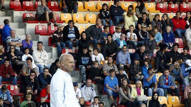 Fanoušci národního celku sledují trénink, který vede kouč Michal Bílek.