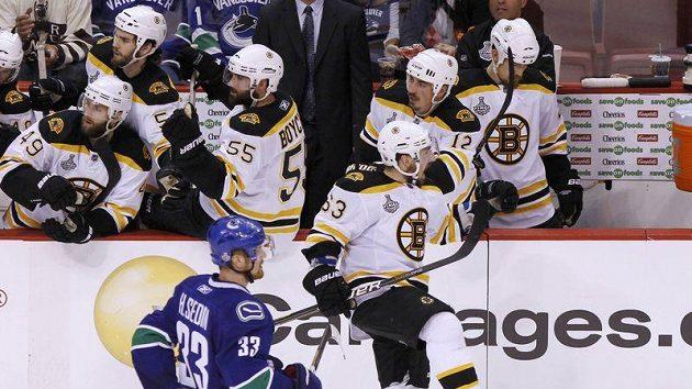Brad Marchand oslavuje se střídačkou Bostonu gól ve finále proti Vancouveru