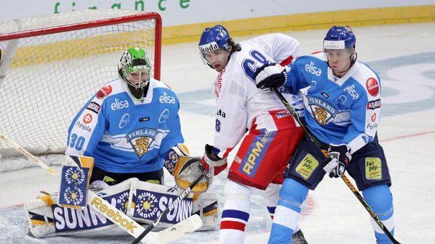 Jaromír Jágr se snaží tečovat letící kotouč před finským brankářem Tarkkim.