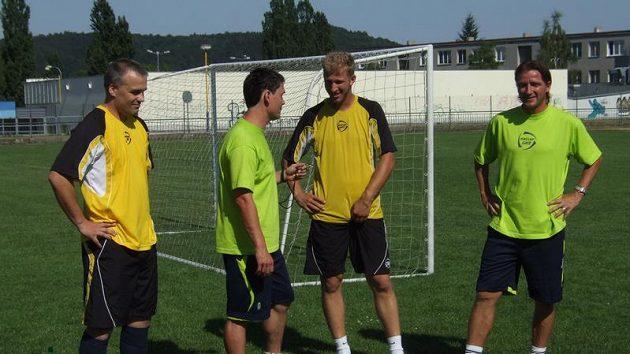 Zleva trenéři kempu Rostilsav Broum, Pavel Nobst a Petr Mikolanda s Vladimírem Šmicrem.
