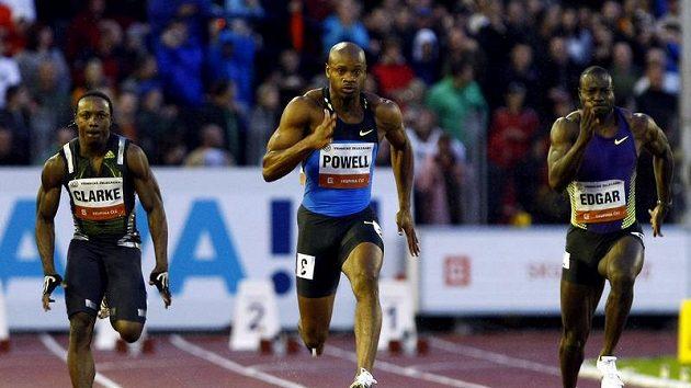 Jamajský sprinter Asafa Powell (uprostřed) na trati 100 metrů na mítinku Zlatá tretra v Ostravě.