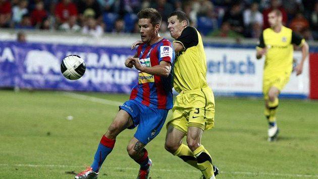 Martin Fillo z Plzně (vlevo) bojuje o míč se sparťanem Manuelem Pamičem.