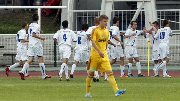 Fotbalisté Kladna se radují z vyrovnávacího gólu proti pražské Dukle.