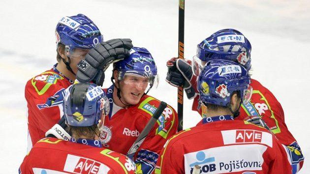 Michal Klejna (uprostřed) oslavuje gól Pardubic