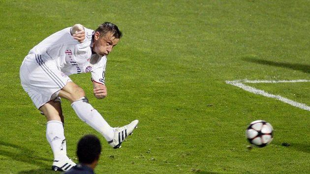 Útočník Bayernu Mnichov Ivica Olič střílí gól do sítě Lyonu v semifinále Ligy mistrů.
