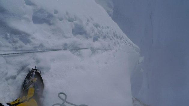Pohled do hlubiny při výstupu na Gasherbrum II.