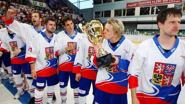 Hokejbaloví mistři světa pohár také políbili...