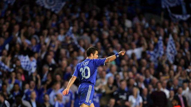 Joe Cole z Chelsea se raduje ze své branky do sítě Liverpoolu v semifinále Ligy mistrů.