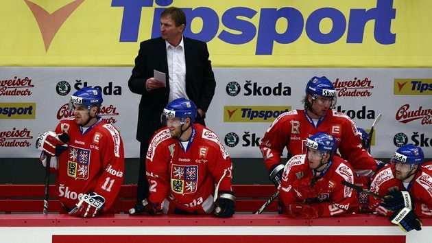 Kouče hokejové reprezentace Alois Hadamczik na střídačce.
