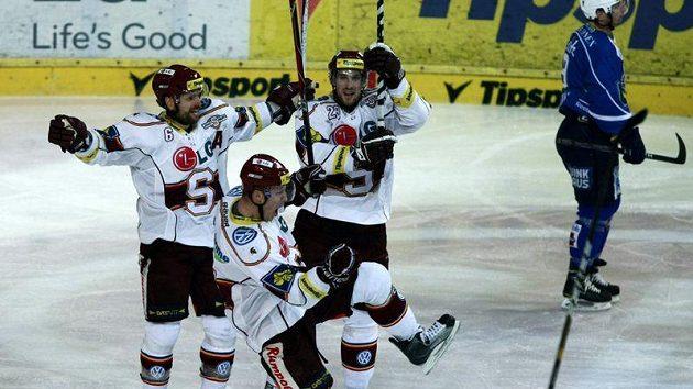 Hokejisté Sparty se radují z branky.