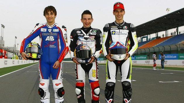 Čeští vyslanci v mistrovství světa silničních motocyklů Karel Abraham, Jakub Kornfeil a Lukáš Pešek (zleva) si takto zapózovali při úvodní GP v Kataru.
