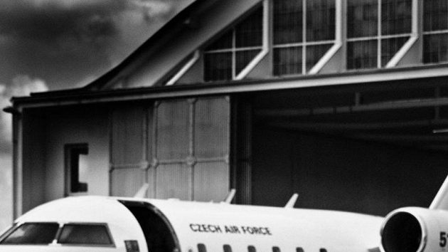 Moderní pětibojaři Sylvie Černá, Natálie Dianová, Ondřej Polívka a Lucie Grolichová se představují jako letušky a kapitán letounu CANADAIR CL-601, který využívá armáda i pro civilní lety