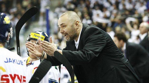 Liberecký kouč Jiří Kalous udílí pokyny svým svěřencům v rozhodujícím čtvrtfinálovém utkání.
