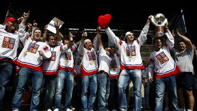 Čeští hokejisté na Staroměstském náměstí, kde s fanoušky oslavili vítězství na mistrovství světa v Německu.