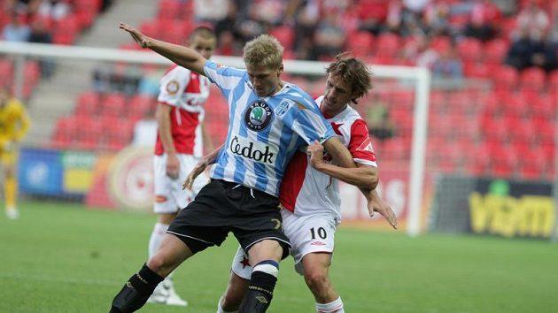 Václav Procházka z Mladé Boleslavi (vpředu) si kryje míč před slávistou Markem Jarolímem