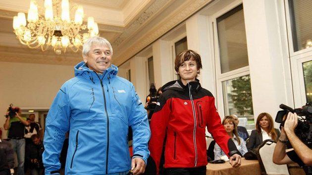 Rychlobruslařka Martina Sáblíková (vpravo) s trenérem Petrem Novákem při představení kolekce sportovního oblečení.