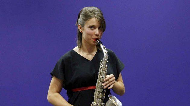 Eva Samková se saxofonem.
