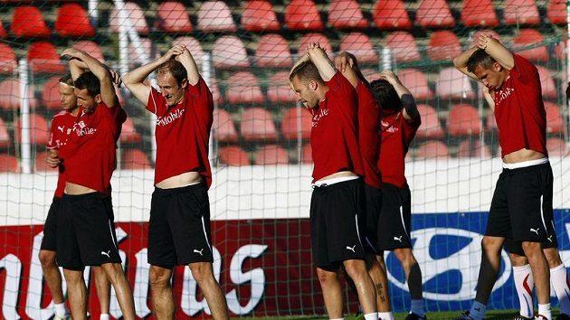 Reprezentanti se protahují během tréninku na Strahově.