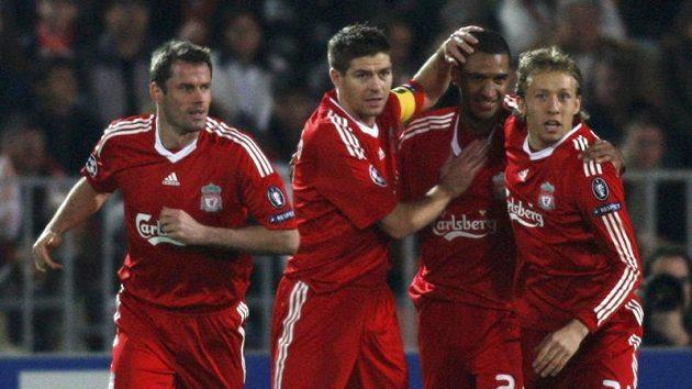 Fotbalisté Liverpoolu se radují z branky do sítě Debrecínu.
