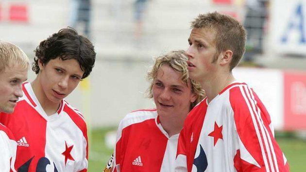 Květen 2005 - slávista Marek Suchý (druhý zleva) s dalšími ligovými debutanty Milanem Černým (druhý zprava) a Studíkem (vpravo).