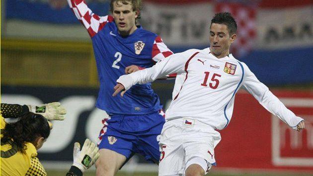 Milan Petržela (vpravo) v šanci před chorvatským gólmanem Vedranem Runjem.