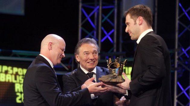 Šéf fotbalového svazu Ivan Hašek a Karel Gott předávají cenu Petru Čechovi.