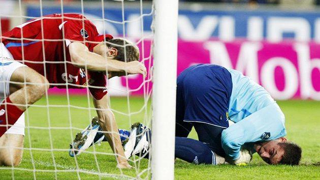 Roman Hubník (vlevo) se sbírá z trávníku po souboji se skotským gólmanem McGregorem.