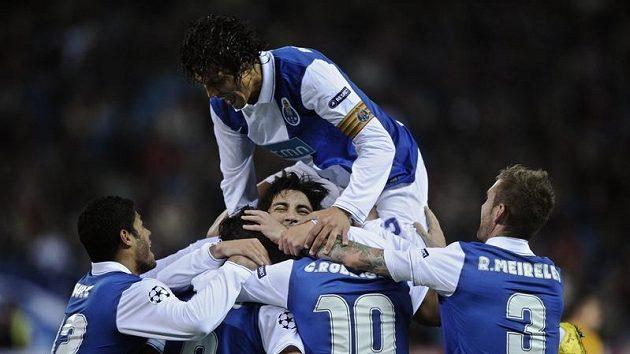 Fotbalisté Porta se radují z branky do sítě Atlétika Madrid.