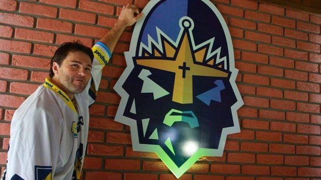 Jaromír Jágr představuje nový dres a logo kladenského hokejového klubu.