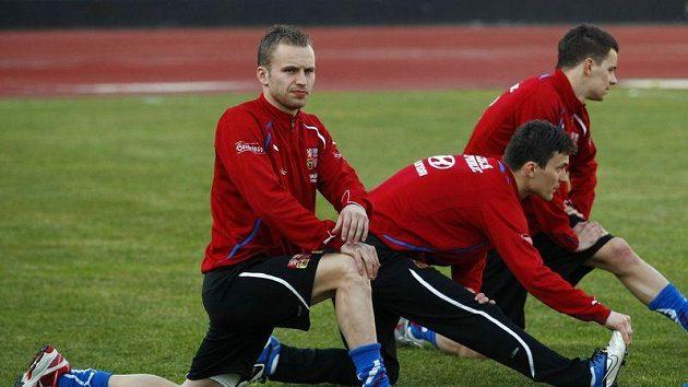 Michal Kadlec se rozcvičuje na srazu fotbalové reprezentace.