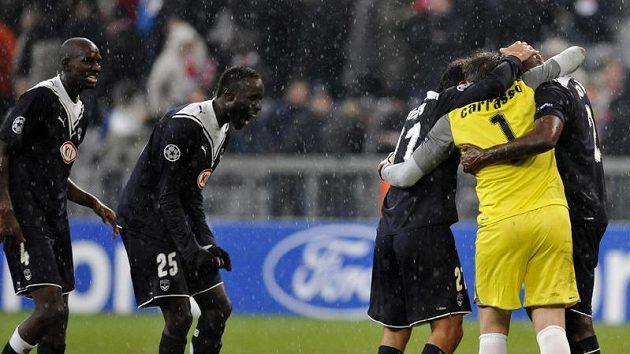 Fotbalisté Bordeaux se radují z postupu do osmifinále Ligy mistrů.